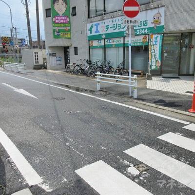 横断歩道を渡り、左方向に進みます。