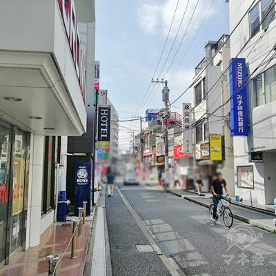 左側にホテルがあり、右側にみずほ銀行があります。