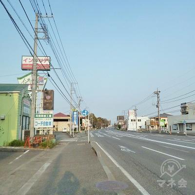 大通り沿いを250m進みます。