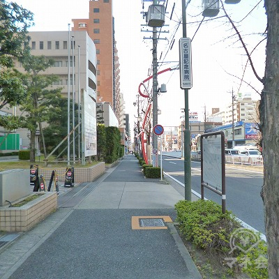 大通り沿いを300m直進します。