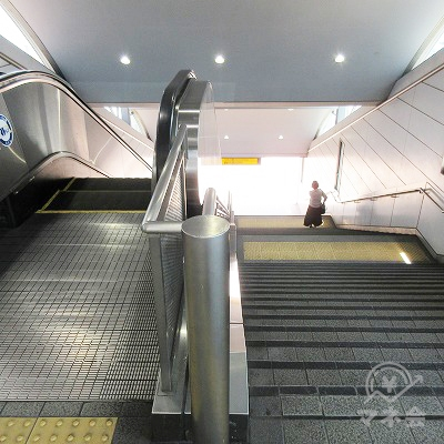 階段又はエスカレーターで下へ行きます。