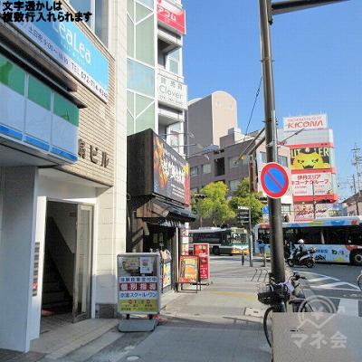 ファミリーマートの2軒隣にアコムの看板が確認できます。