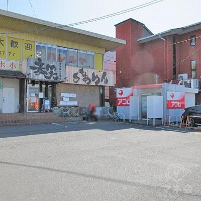 進行方向左手にアコムの小さいBOX型店舗が見えます。