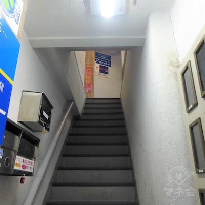 ビル階段です。プロミスは3階です。