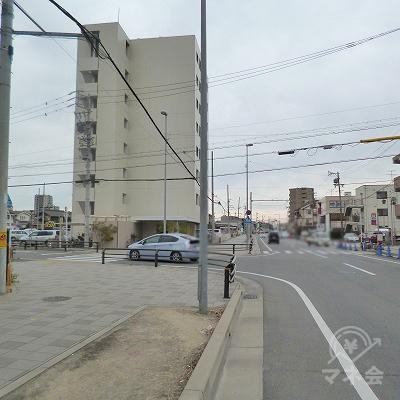 200m進み、8階建てマンションの手前を左折します。