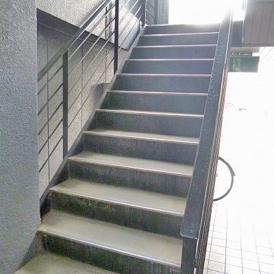 階段で2階へ上がってください。