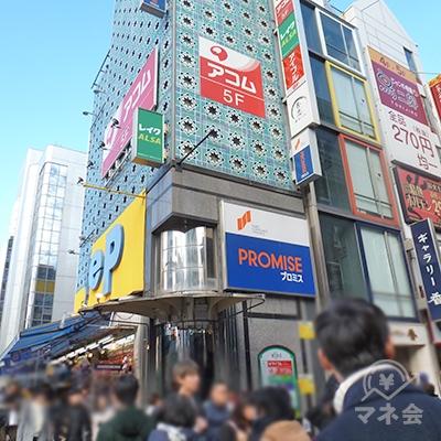 道頓堀繁華街の入口に、アイフル店舗の入居するビルがあります。