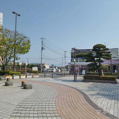駅前ロータリーの脇を直進します。