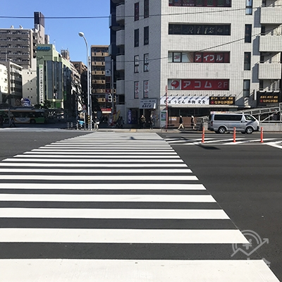 環七通りの大きな横断歩道を渡って東西そばの左側を直進します。