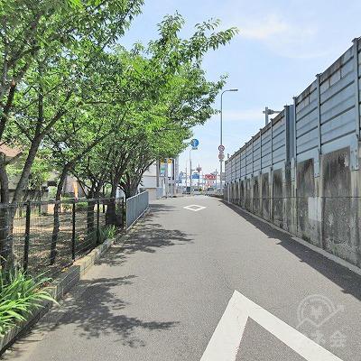 つきあたりを左へ、塀に沿って直進します。