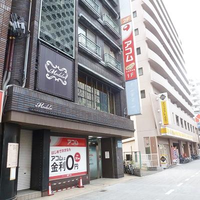 歩いてすぐ、アコム店舗に到着します。