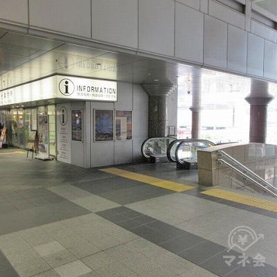 総合案内所の正面右側のエスカレーター又は階段で下へ行きます。