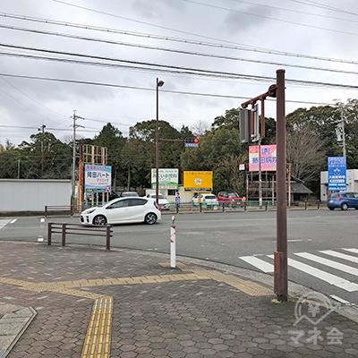 100mほどで交差点があるので、左折してください。