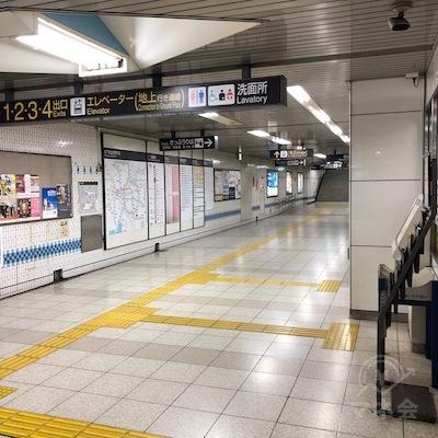 駅構内を50mほど進みます。