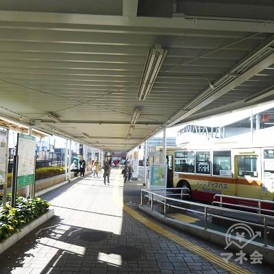 バス乗り場を右手に見て進みます。