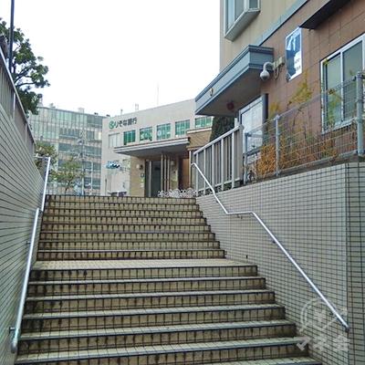 左斜め前の階段を上がり、交番前に出ます。