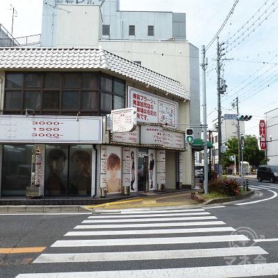 「太田駅前」交差点。横断歩道を直進します。