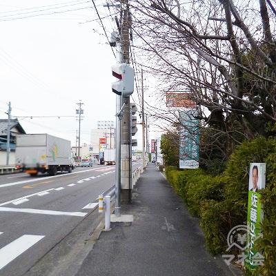 大通り沿いに歩いてください。