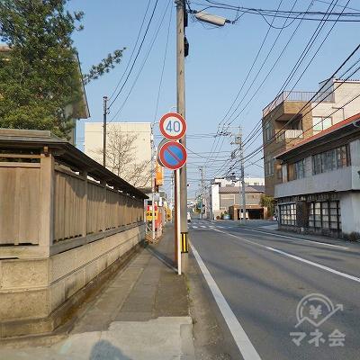 道なりに750mほど歩きます。