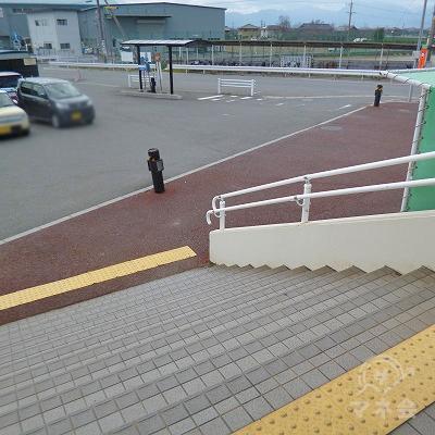 改札を抜けたら階段を下りて右方向へ進みます。