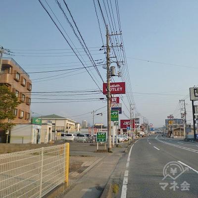 歩道橋を渡り終えたら、大通り沿いを右方向へ進みます。