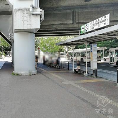 バス停の前に着きます。左の道を歩きます。