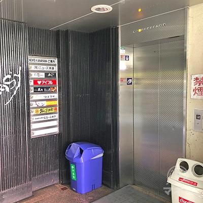 エレベーターでビルの7階へ上がってください。