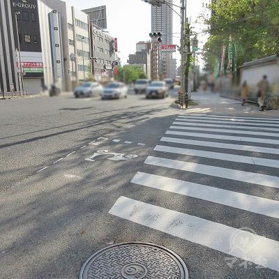 正面の横断歩道を渡り、本住吉神社の前に進みます。