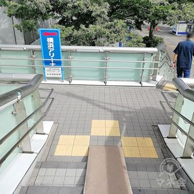 横浜アリーナの看板に従い、左に曲がります。