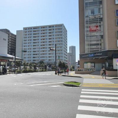 西友を左手に、横断歩道を渡り(feriEを右手に)直進します。