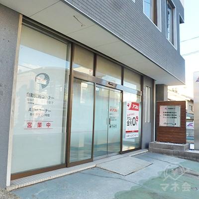 府道に面した店舗です。建物の右手の路地にも入口があります。