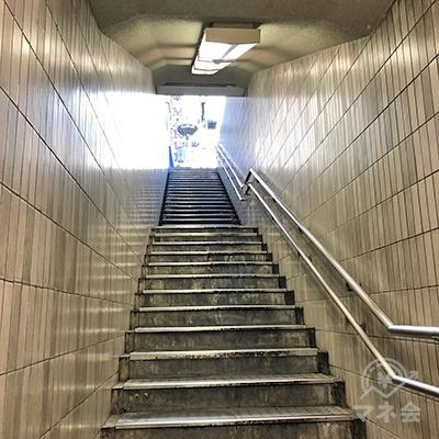 その出口から地上へ階段を上ります。