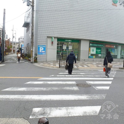 正面の横断歩道を渡って、左へ向かいます。