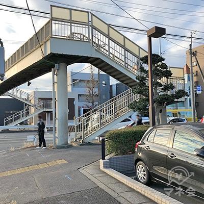 歩道橋のある交差点を右折してください。