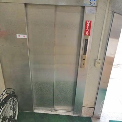 中に入ると、エレベーターがあります。