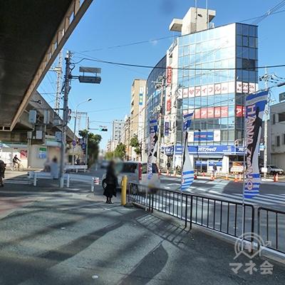 交差点があります。対面のビル内に店舗があります。