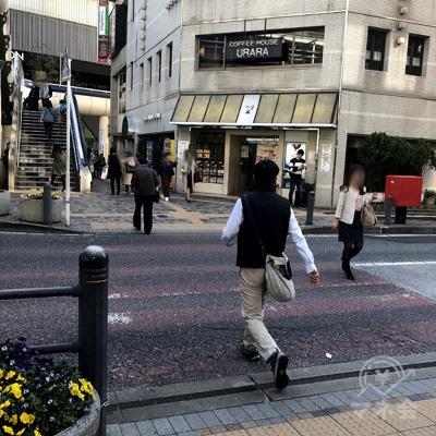 下りてすぐの横断歩道をポストに向かって渡ります。