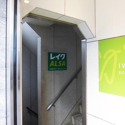 左手奥に階段があります。奥のエレベーターで5階に上がりましょう。