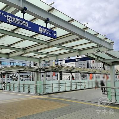 歩道橋を歩き、横浜アリーナに向かいます。