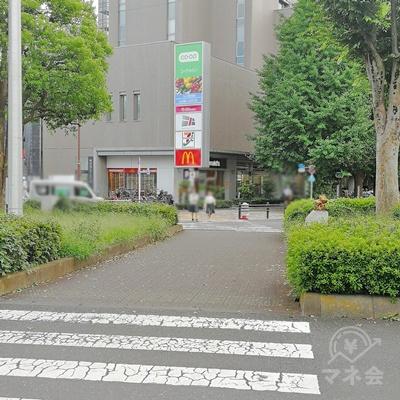 クリーニング店前の横断歩道を渡りましょう。