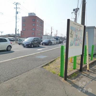 駐輪場の先で大通りに突き当たりますので、右折してください。