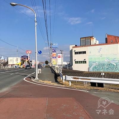 『眼鏡市場』前の道路を北へ歩き小さな橋を渡ります。