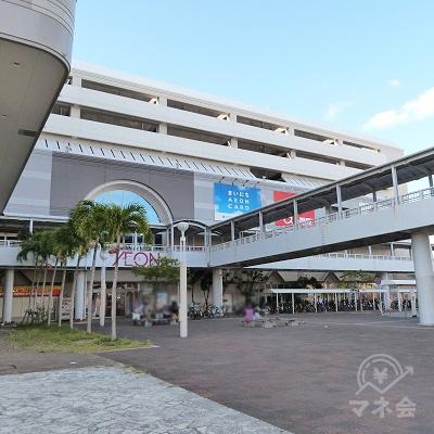 小禄駅とイオン那覇は橋で繋がっています。