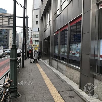 三菱UFJ銀行を常に右に見ながら直進します。