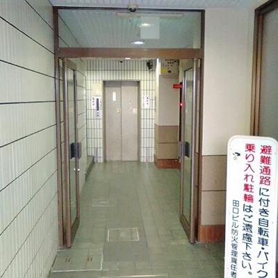 プロミスは2階です。エレベーターで2階に上がります。