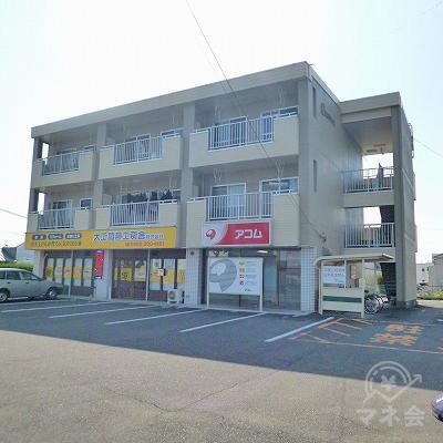 3階建てマンションの1階部分にアコムがあります。