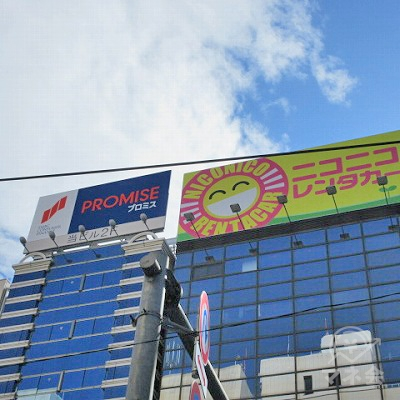 筑紫口通りを挟んだ正面の建物上部にプロミスの看板が確認できます。