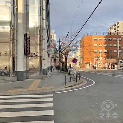 横断歩道を渡って、約70m直進します。