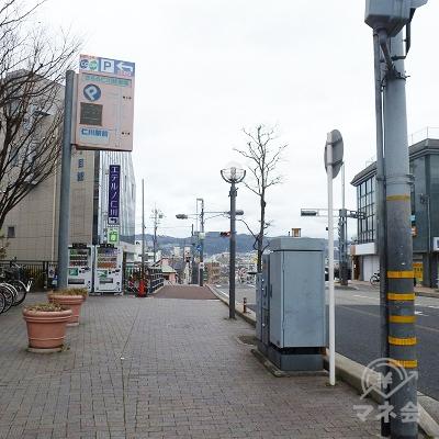 左折し、県道沿いの歩道を400mほど歩きます。