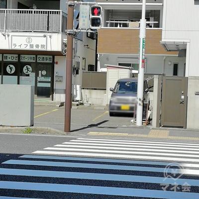 信号まで歩きます。信号の前にTSUTAYAがあります。